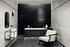 Czarno-biała łazienka wykończona płytkami z motywem kamieni