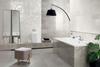 Szara łazienka z białymi dekorami