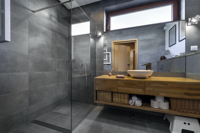O zaletach kabiny prysznicowej z niskim brodzikiem