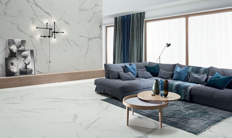 Jasny salon w marmurowych płytkach