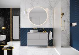 Czarno-biała łazienka z niebieskimi akcentami