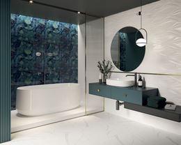 Łazienka z białą strukturą i stylowym, niebieskim panelem