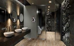 Toaleta publiczna w drewnie i ciemnym kamieniu