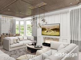 Biały, eklektyczny salon z drewnem na suficie