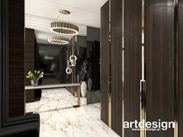 Zabudowa garderoby ze złotymi, dekoracyjnymi uchwytami
