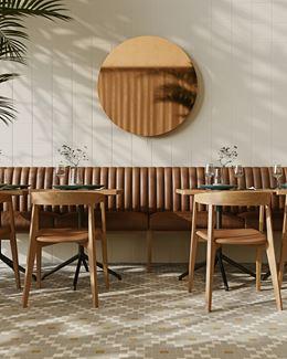 Aranżacja restauracji w tradycyjnym wydaniu z mozaikową podłogą