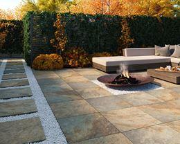Jesienny ogród z kamiennymi płytami
