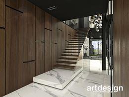 Drewniane schody wsporninkowe na tle ciemnych paneli