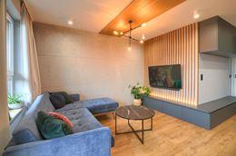 Beton, błękit i drewno - aranżacja salonu