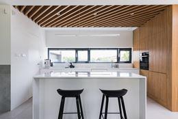 Biel i drewno - nowoczesna kuchnia