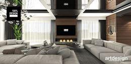 Ścianka RTV z drewnianą okładziną i czarnym sufitem w salonie