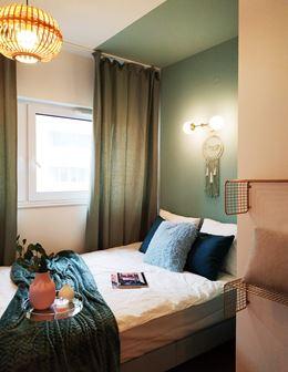Akcenty łagodnej zieleni w sypialni