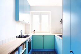 Niebiesko-zielona kuchnia z oknem