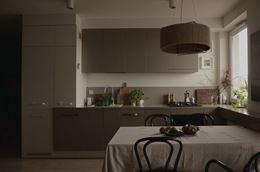 Strukturalne fronty w biało-beżowej kuchni