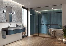 Niebieska łazienka z drewnem i patchworkową ścianą
