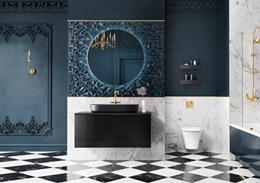 Granatowa łazienka glamour z jasnym marmurem