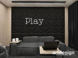 Ściana z panelami 3d w pokoju kinowym