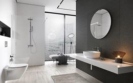 Przestronna łazienka z oknem w nowoczesnej stylistyce