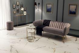 Szary salon glamour z marmurową podłogą