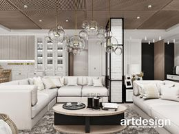 Biały, eklektyczny salon z drewnianym sufitem