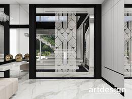 Przedpokój z dekoracyjną, szklaną ścianką