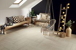 Czarno-biały salon z beżową podłogą