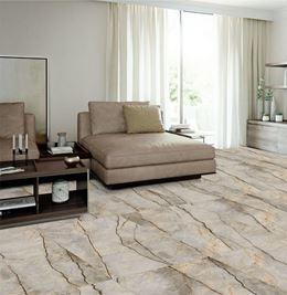 Jasny salon glamour z podłogą w kamieniu