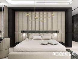 Kremowa sypialnia z dekoracyjnym żyrandolem