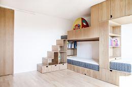 Pokój dziecięcy z piętrowym łóżkiem w zabudowie