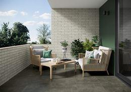 Balkon z ceglaną ścianą betonową podłogą