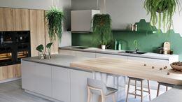 Biel, drewno i zielone akcenty w nowoczesnej kuchni