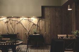 Sala restauracyjna z rustykalnymi motywami