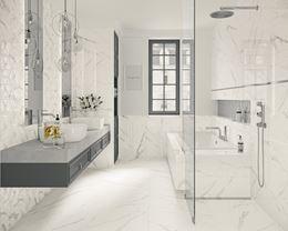 Łazienka w stylu glamour w białym marmurze