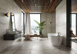 Szara łazienka z oknem w industrialnym stylu