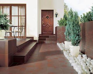Jak wybrać płytki na schody zewnętrzne?
