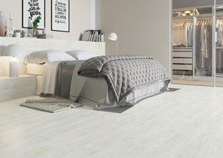 Drewnopodobne płytki w sypialni