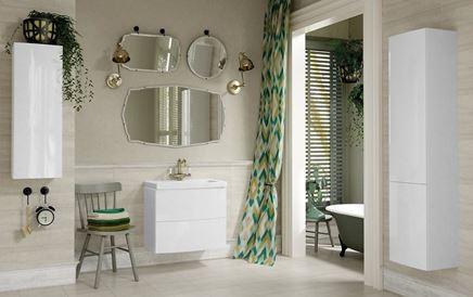 Jasna łazienka z nowoczesnymi meblami