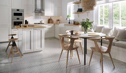 Kuchnia w stylu skandynawskim z patchworkową podłoga