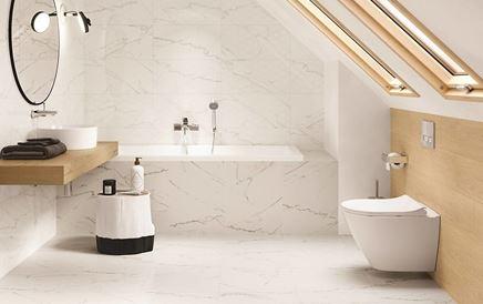 Jasna łazienka pod skosami w marmurze i drewnie