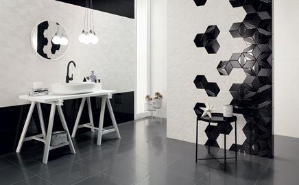 Biało-czarna łazienka z heksagonalną ścianą Tubądzin Colour 2018