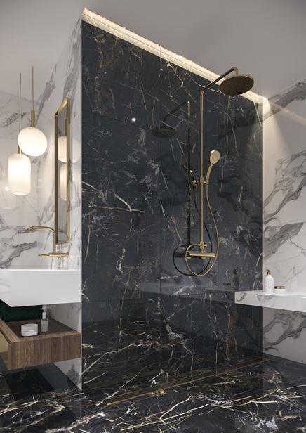 Prysznic walk-in z marmurem i złotą baterią
