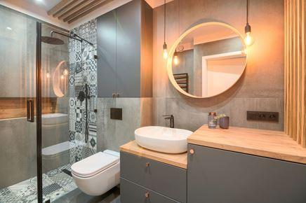 Łazienka z betonem i motywami patchwork