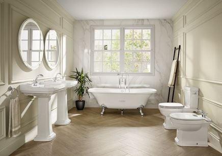 Jasna, klasyczna łazienka z ceramiką stojącą
