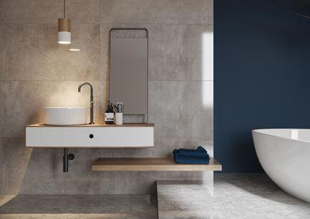 Jasnoszara łazienka z niebieskim akcentem - Cerrad Softcement