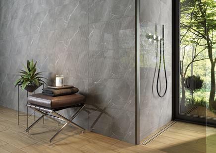 Ściana w łazience wykończona w szarym kamieniu