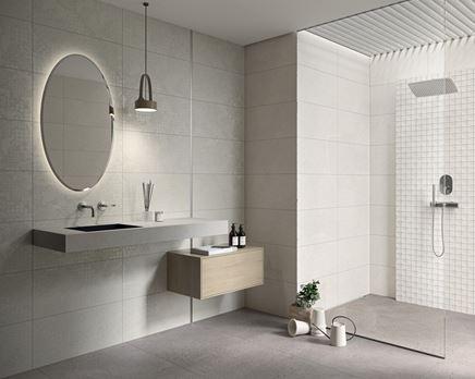 Minimalistyczna łazienka w jasnoszarym kolorze