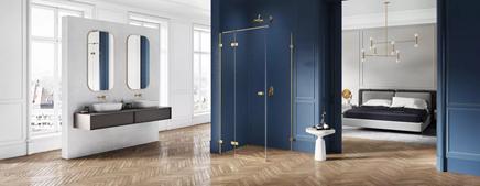 Biało-granatowa łazienka w stylu glamour