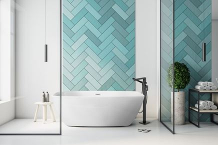 Biało-niebieska łazienka z wanną wolnostojącą