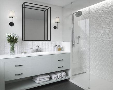 Biała łazienka z mozaiką i ozdobnymi płytkami Paradyż Tel Awiv