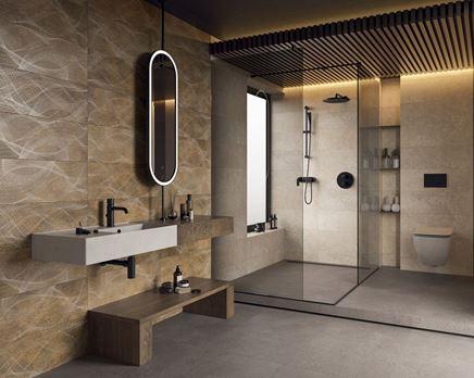 Aranżacja beżowej łazienki z brązowymi dekorami